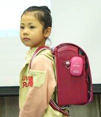 Небольшая коробочка GPS прикрепляется к школьному рюкзаку и позволяет...
